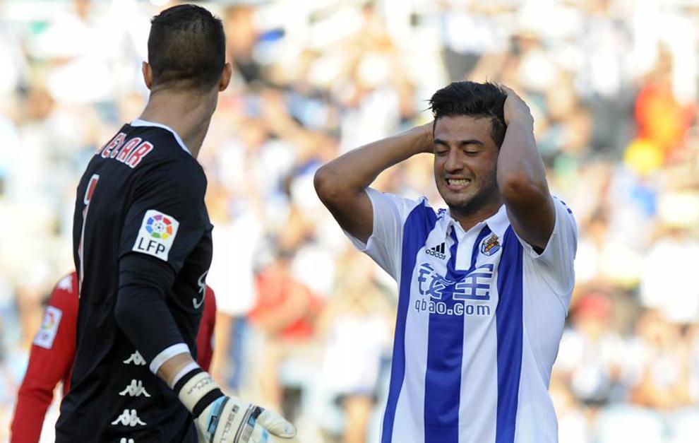 Carlos Vela, lamentándose en un partido con el Sporting de esta...