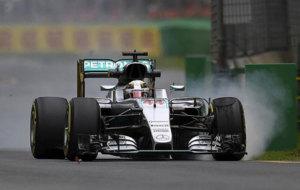 Hamilton pilota su Mercedes W07 en Albert Park.