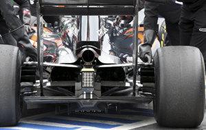 El McLaren Honda MP4-31 visto desde atrás.