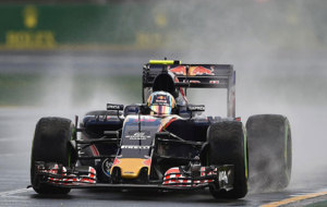 Carlos Sainz pilota su STR11 en el Circuito Albert Park de Melbourne.