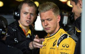 Kevin Magnussen, en el box del equipo Renault.