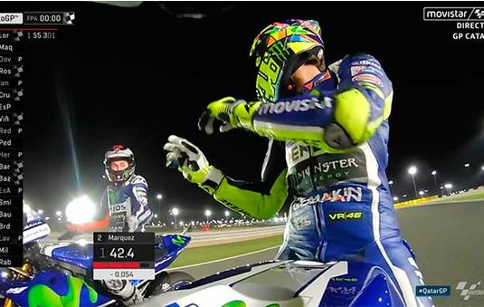 Momento en que Rossi recrimina a Lorenzo la acción