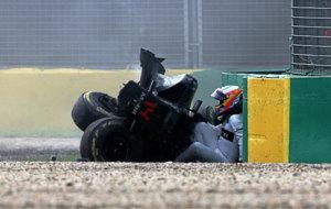 Alonso sale del 'cockpit' de su McLaren Honda después de...