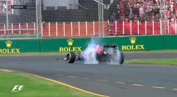 El Toro Rosso de Verstappen hace un trompo tras tocar el coche de...