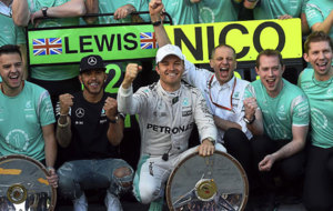 Rosberg y Hamilton celebran el doblete de Mercedes en Australia.