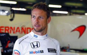 Jenson Button, en el box de McLaren Honda en Australia.