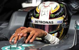 Hamilton deja pasar el tiempo en el box de Mercedes tras marcar el...