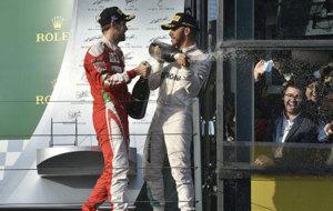Vettel y Hamilton lanzan champán desde la plataforma del podio.