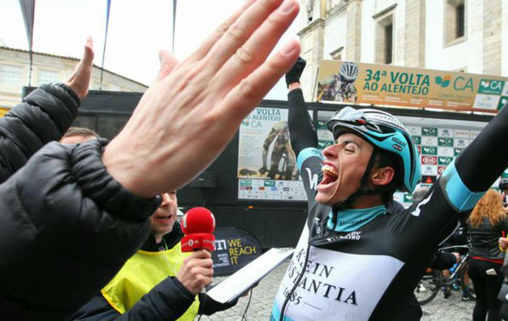 Enric Mas celebrando su triunfo tras cruzar la meta.