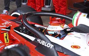 Raikkonen prueba el 'halo' durante los tests de Barcelona.