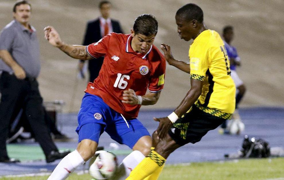 Gamboa intenta superar a un defensor de Jamaica.