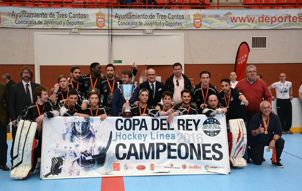 Los jugadores del Rubí Cent Patins celebran el título copero en la...