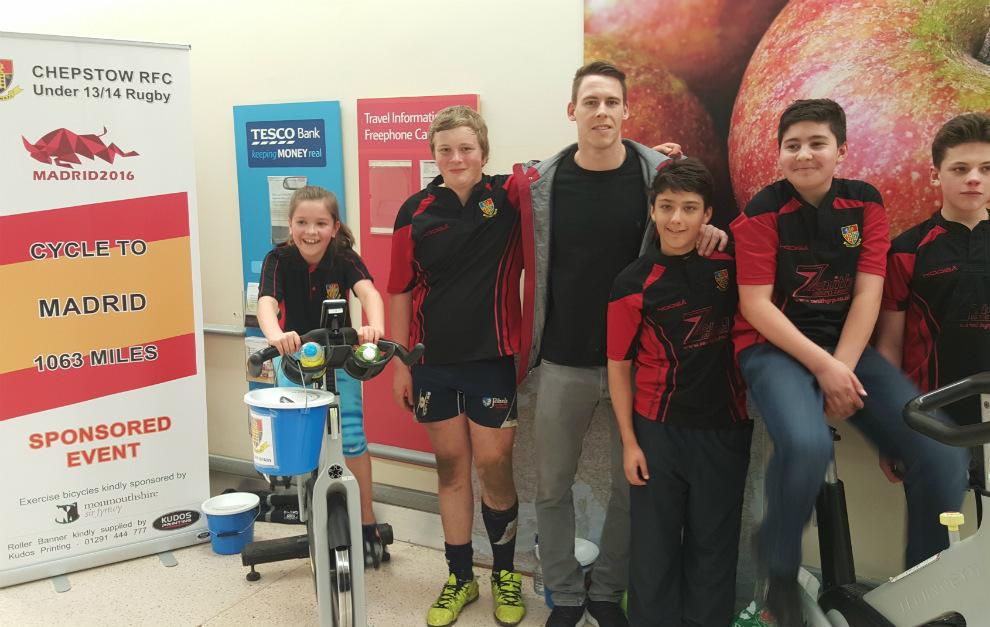 Liam Williams junto a los jóvenes jugadores del Chepstow