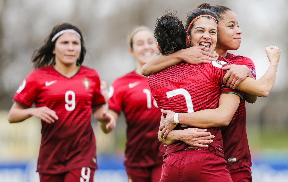 Las jugadoras de Portugal celebran un gol en la fase de...