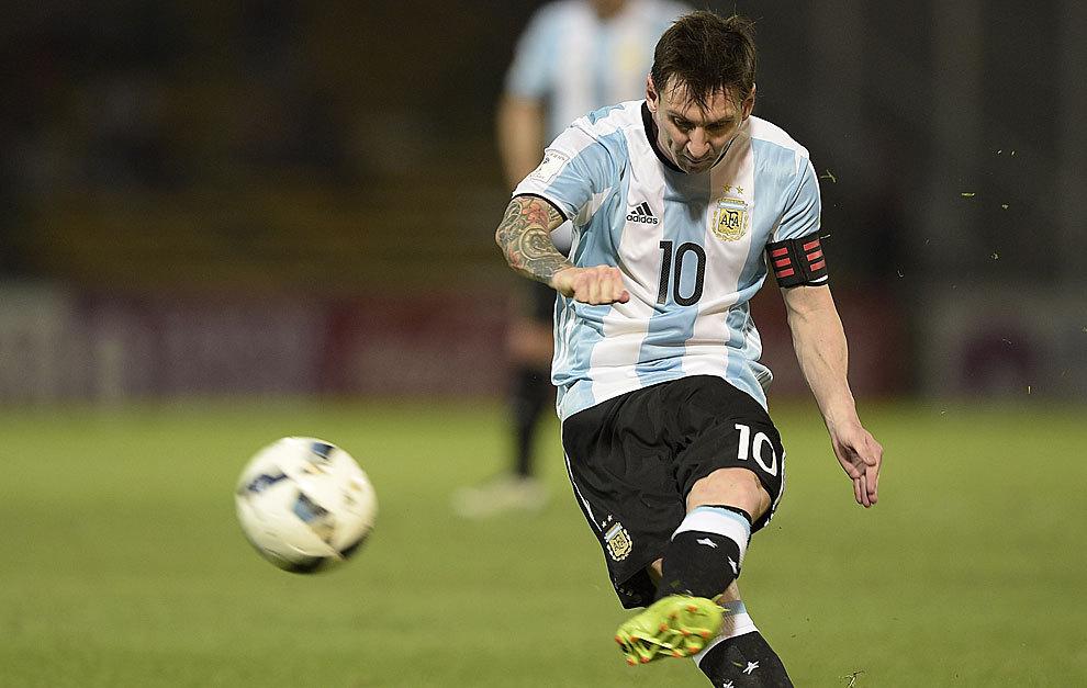 Messi lanza de zurda el tiro del penalti que significó su gol 50.