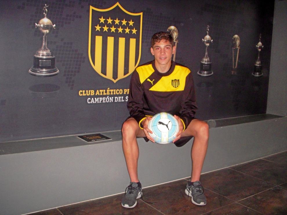 Valverde posa para MARCA delante de un mural con las copas ganadas por...