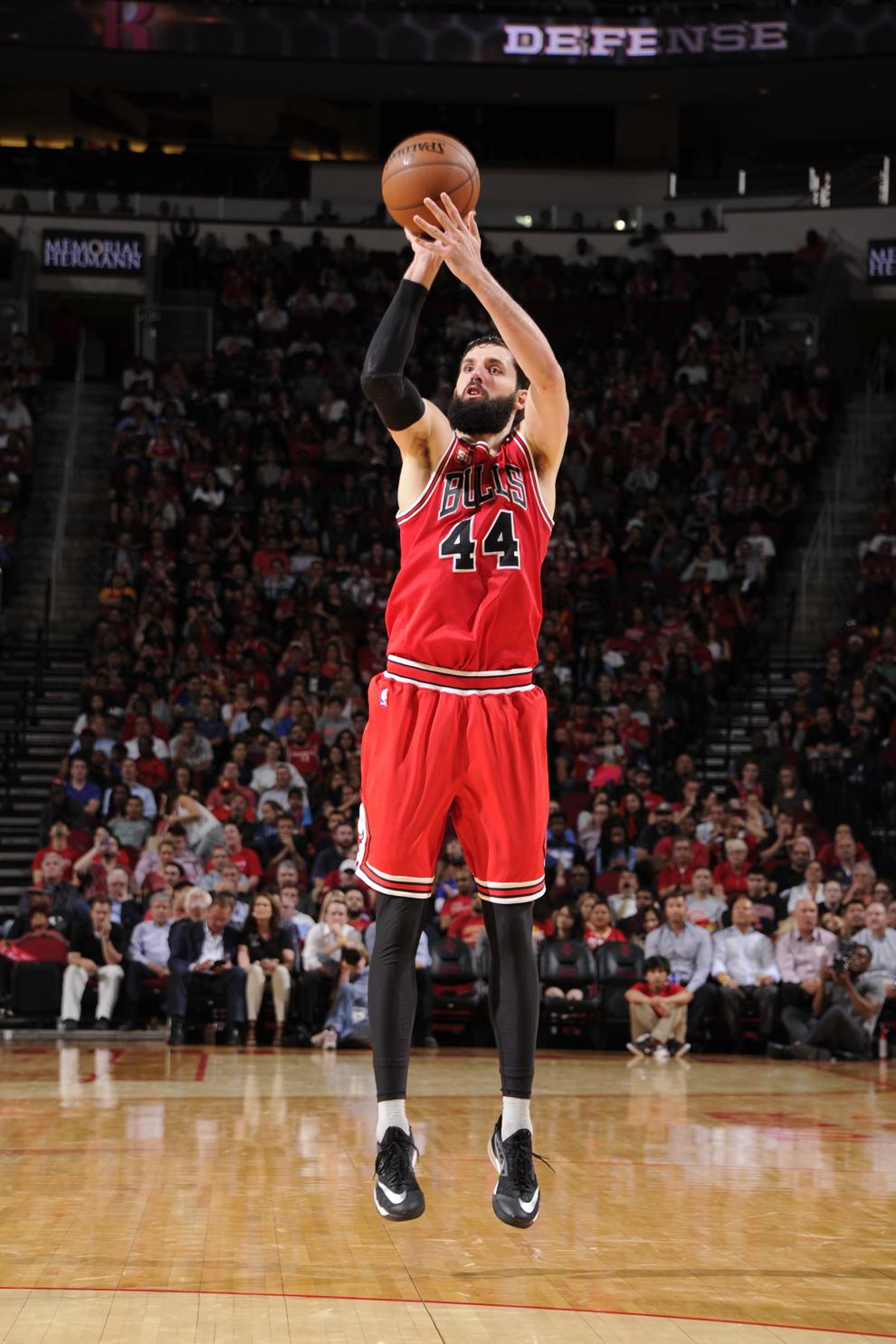 Nikola Mirotic lanzando un triple con los Bulls ante los Rockets