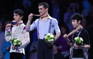 Javier Fern�ndez en el podio mostrando la medalla de oro