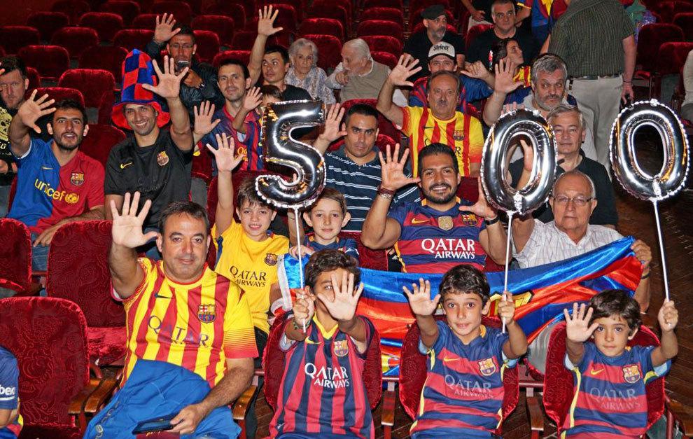 Los asistentes tenían preparados globos por si Messi marcaba el gol...