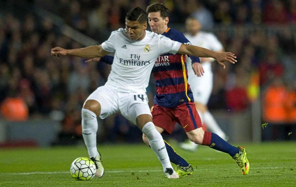 Casemiro controla un balón ante la presencia de Messi