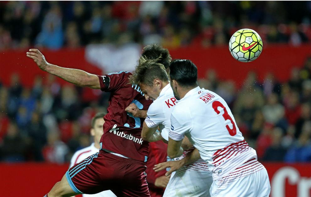Krychowiak y Rami saltan con Bergara en el primer gol de la Real.