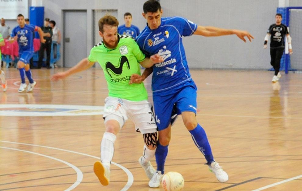 Yeray Hernández intenta controlar un balón en un partido ante Inter
