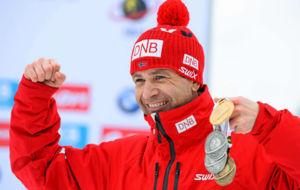 Ole Einar Bjoerndalen posa con las tres medallas ganadas en el �ltimo...