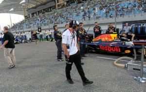 Alonso, echando un vistazo a un Red Bull en la parrilla de salida del...