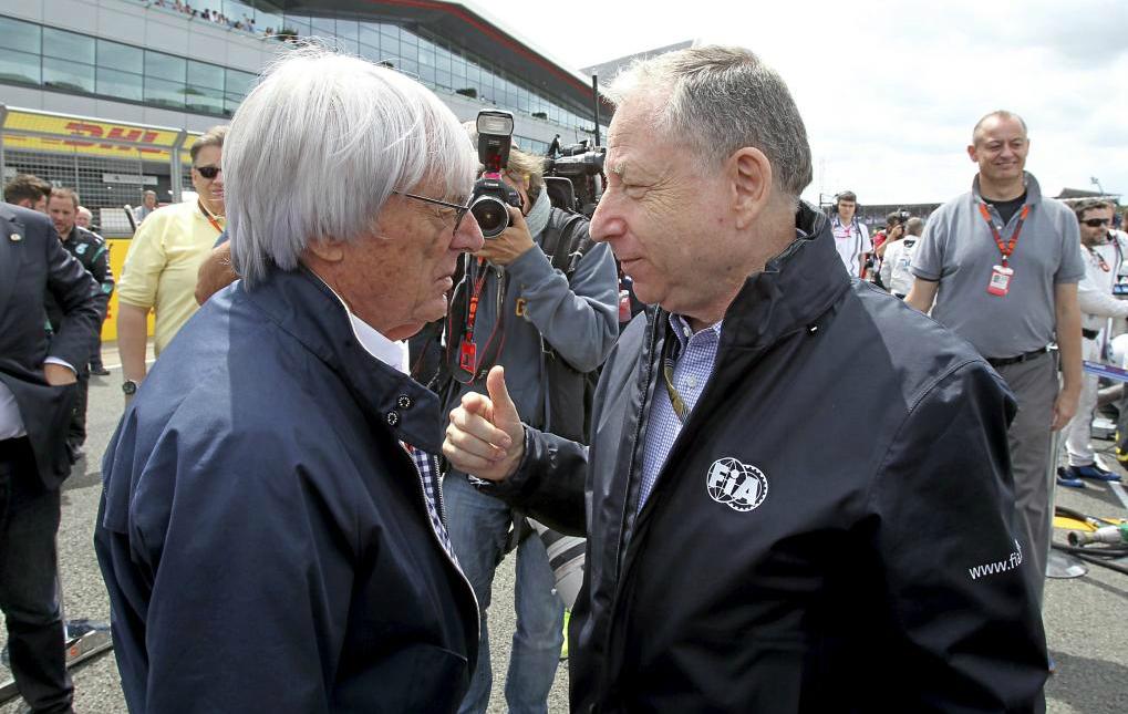 Bernie Ecclestone y Jean Todt charlan en el paddock del GP de Gran...