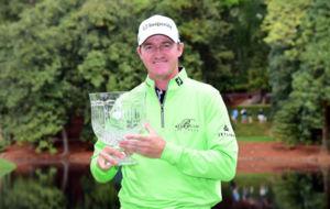 Jimmy Walker posa con el trofeo de ganador del concurso de pares 3...