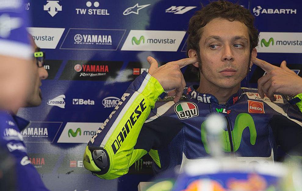 Valentino Rossi, colocándose los tapones