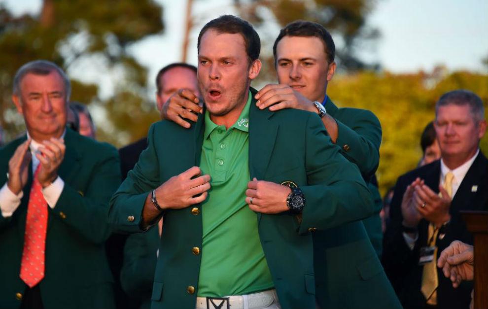 Danny Willet recibe la chaqueta verde de ganador de Jordan Spietg,...