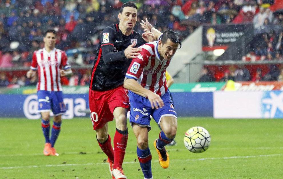 Luis Hernández se anticipa a Aduriz en un partido con el Sporting.