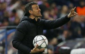 Luis Enrique da indicaciones durante el partido entre el Barcelona y...
