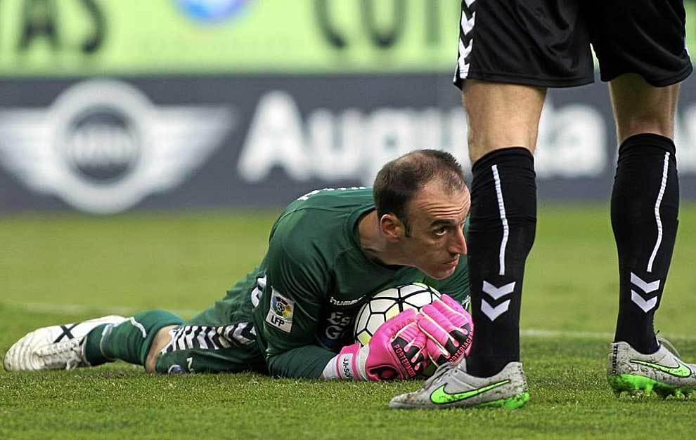 José Juan atrapa con seguridad un balón en el partido del Lugo en La...