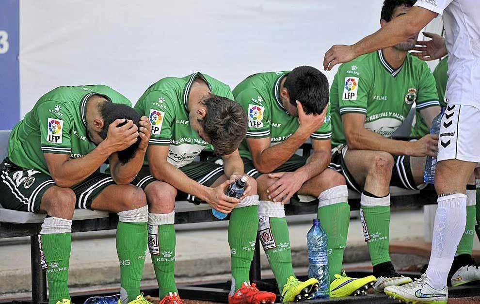 Los jugadores del Racing, desolados la pasada temporada tras descender...