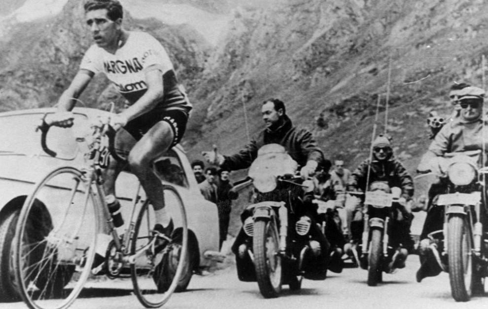 Federico Martín Bahamontes, en una etapa de montaña del Tour de...
