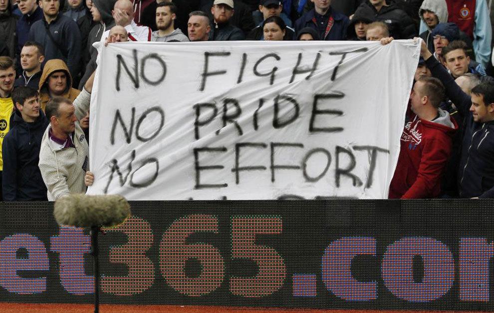 Pancarta contra los jugadores del Villa.