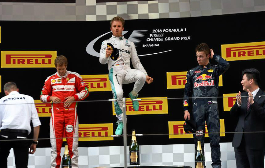 b4f58e76a3 Rosberg celebra la victoria junto a Vettel y Kvyat en el GP de China.