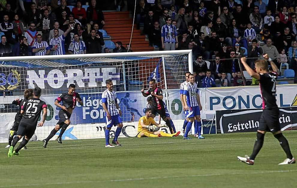 Juan Ramírez celebra el primer gol del Almería en El Toralín