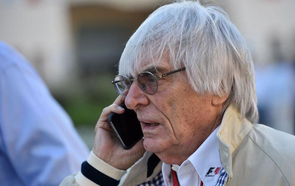 Bernie Ecclestone hablando por teléfono.