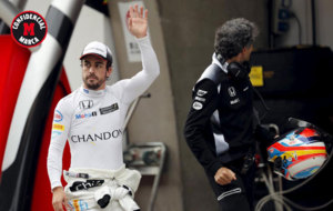 Fernando Alonso (34) saluda a la afici�n en el GP de China.