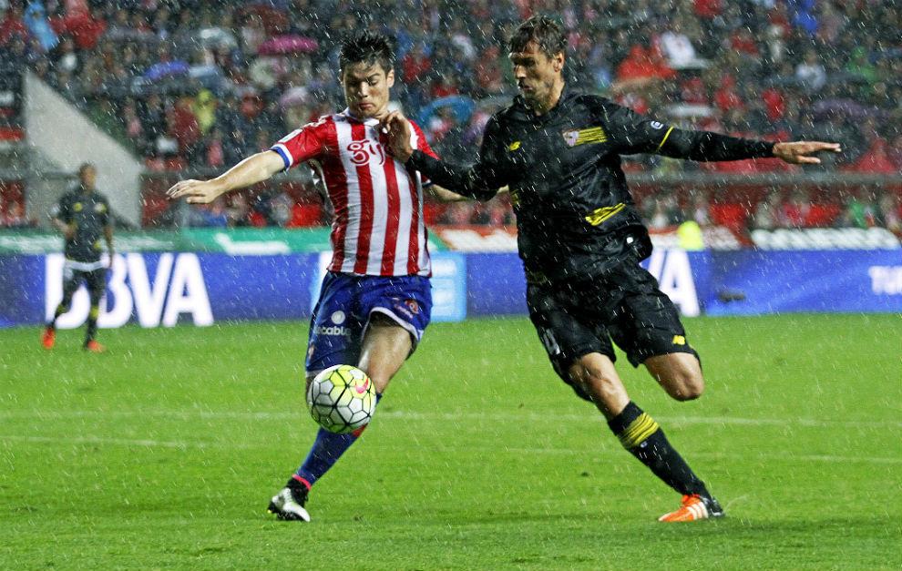 Llorente lucha por un balón con el sportinguista Mere.