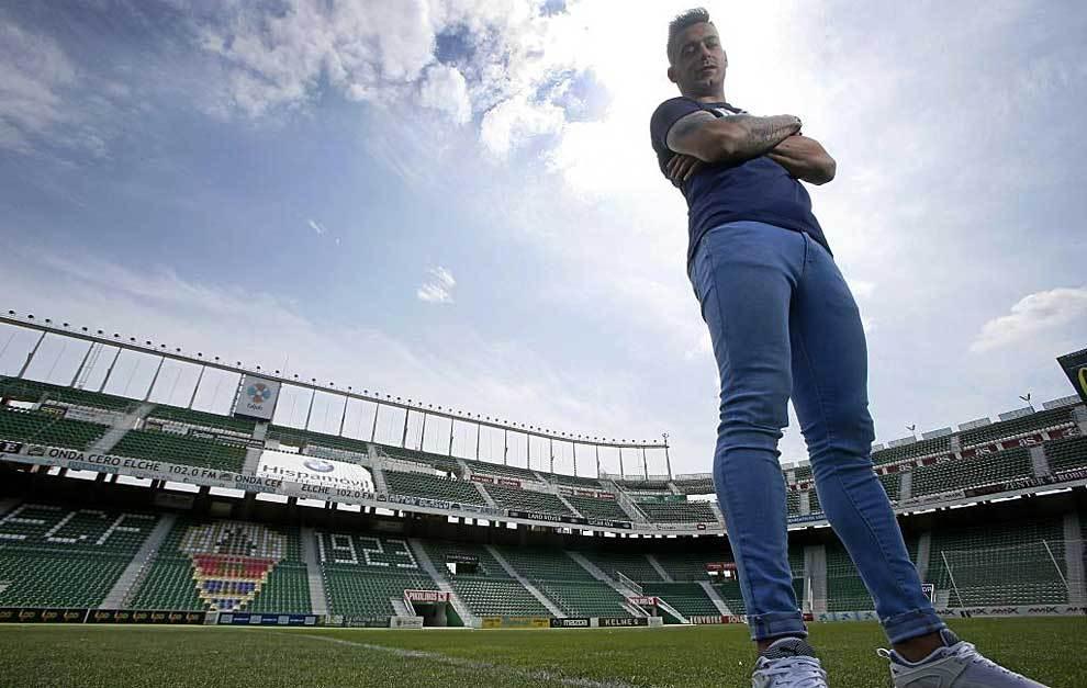 Sergio León posa para MARCA dentro del estadio Martínez Valero de...
