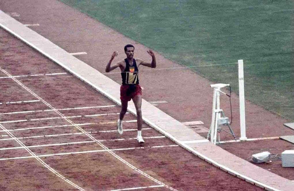 Bikila entra triunfante en la meta de la maratón de Tokio'64