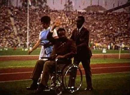 Bikila, en silla de ruedas, recibiendo la ovación del estadio de...
