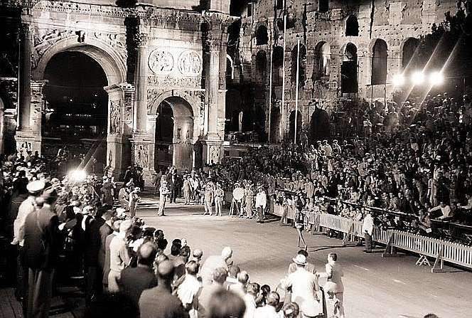 Bikila, apunto de entrar en la meta frente al arco de Constantino