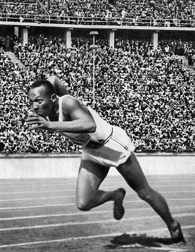 Owens, al inicio de la carrera de 200 metros lisos en Berlín'36