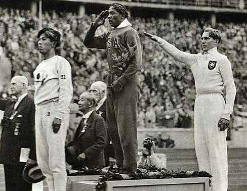 Owens, en el podio de salto de longitud en Berlín'36