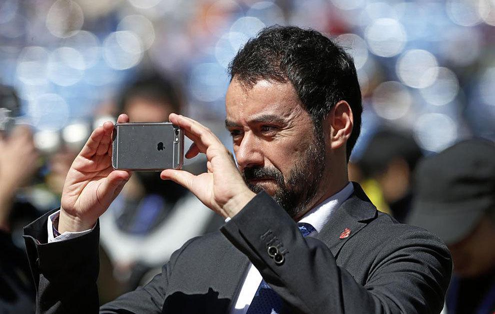 Alex Aranzabal hace fotos en el Bernabéu antes de un partido del...